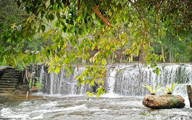 799px-Cascade_de_la_rivière_sacrée_(Phnom_Kulen)_(6825025205).jpg