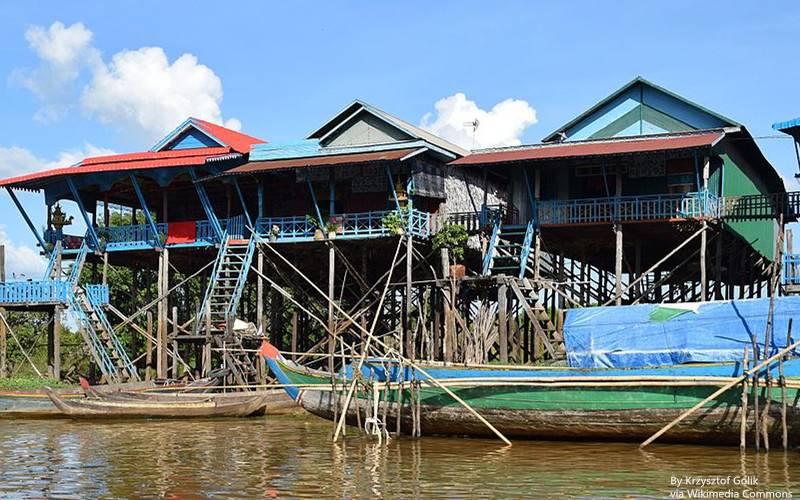 Houses_on_the_water_in_Kampong_Phlouk_副本.jpg
