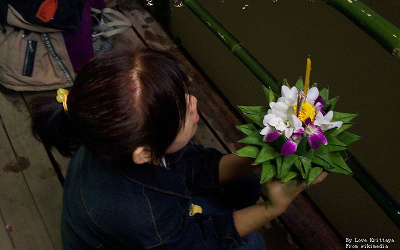 800px-Loykrathong_huaikhot_2004_7 (1).jpg