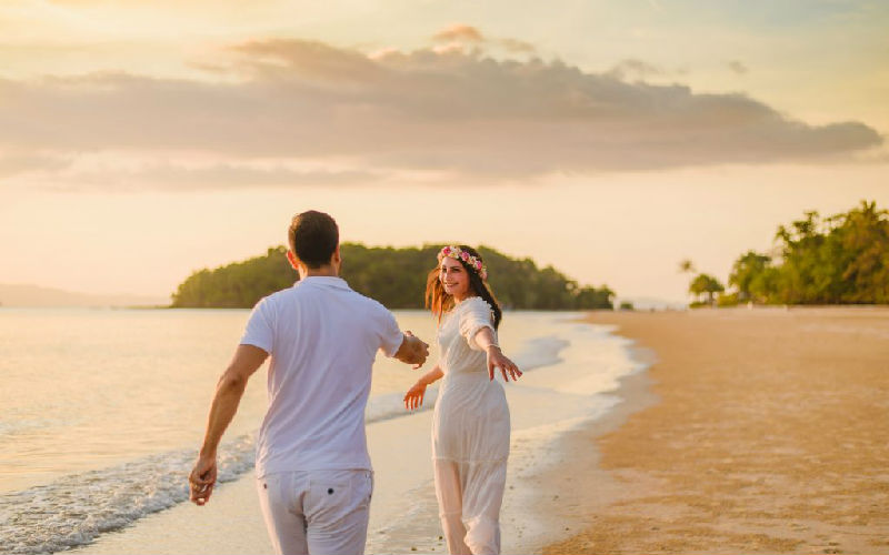 Capturing priceless honeymoon memories in the sunset beach