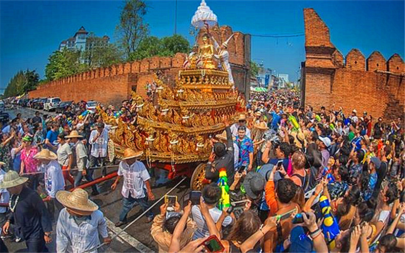 Thapae Gate Songkran.jpg