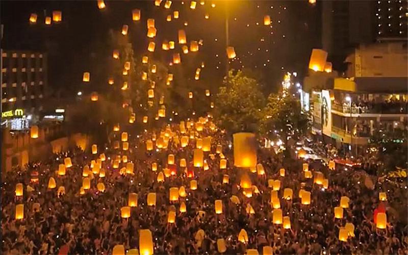 Tha Phae Gate Yee Peng Festival.jpg