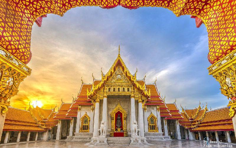 The Bangkok Marble Temple at sunset.