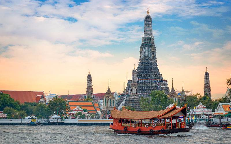 Appreciating the Wat Arun by taking an evening dinner cruise